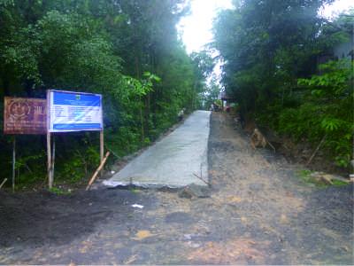 Jalan di sekitar pasar Desa Cawet yang mengalami perbaikan